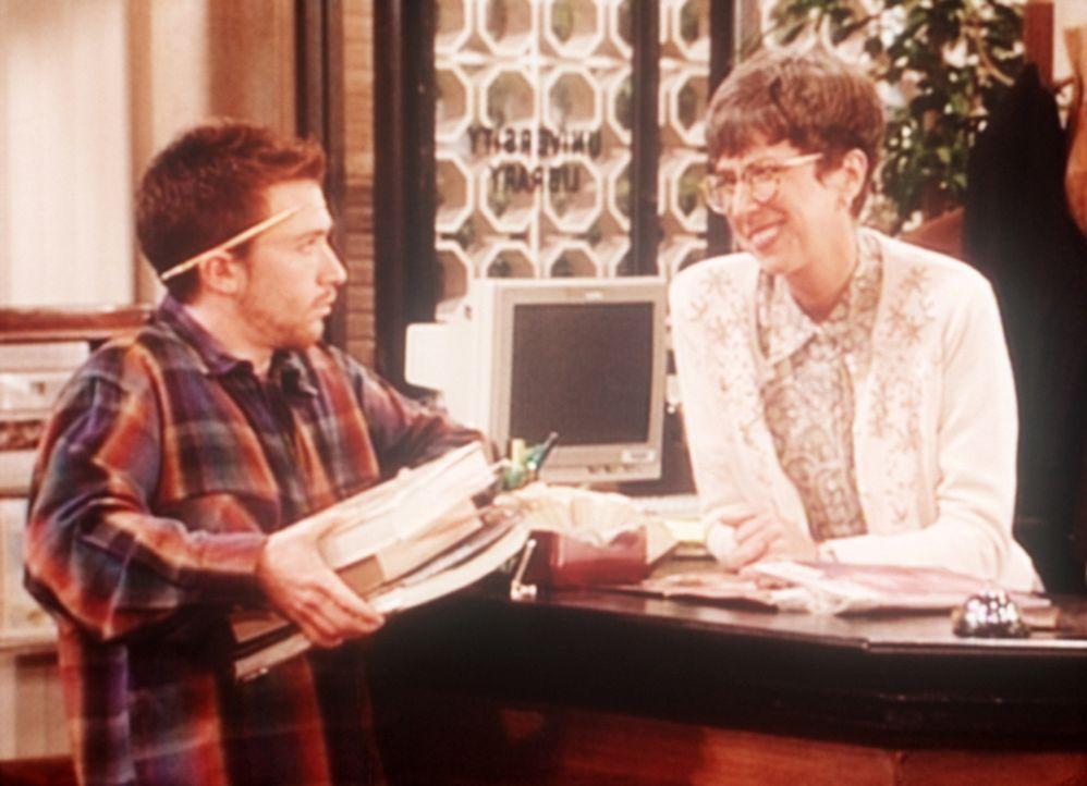 Eine Bibliothekarin (Beverly Archer, r.) versucht, Bud (David Faustino, l.) durch die Blume zu sagen, wie süß sie ihn findet. - Bildquelle: Sony Pictures Television International. All Rights Reserved.