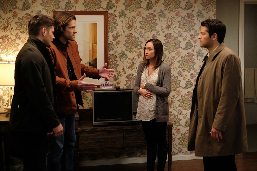 (v.l.n.r.) Dean (Jensen Ackles); Sam (Jared Padalecki); Kelly (Courtney Ford); Castiel (Misha Collins) - Bildquelle: Robert Falconer 2016 The CW Network, LLC. All Rights Reserved / Robert Falconer
