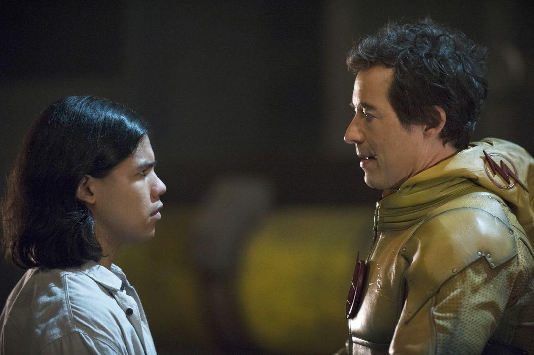 Wells alias Reverse-Flash (Tom Cavanagh, r.) offenbart Cisco (Carlos Valdes, l.), welche Rolle er angeblich in der Zukunft spielen wird ... - Bildquelle: Warner Brothers.