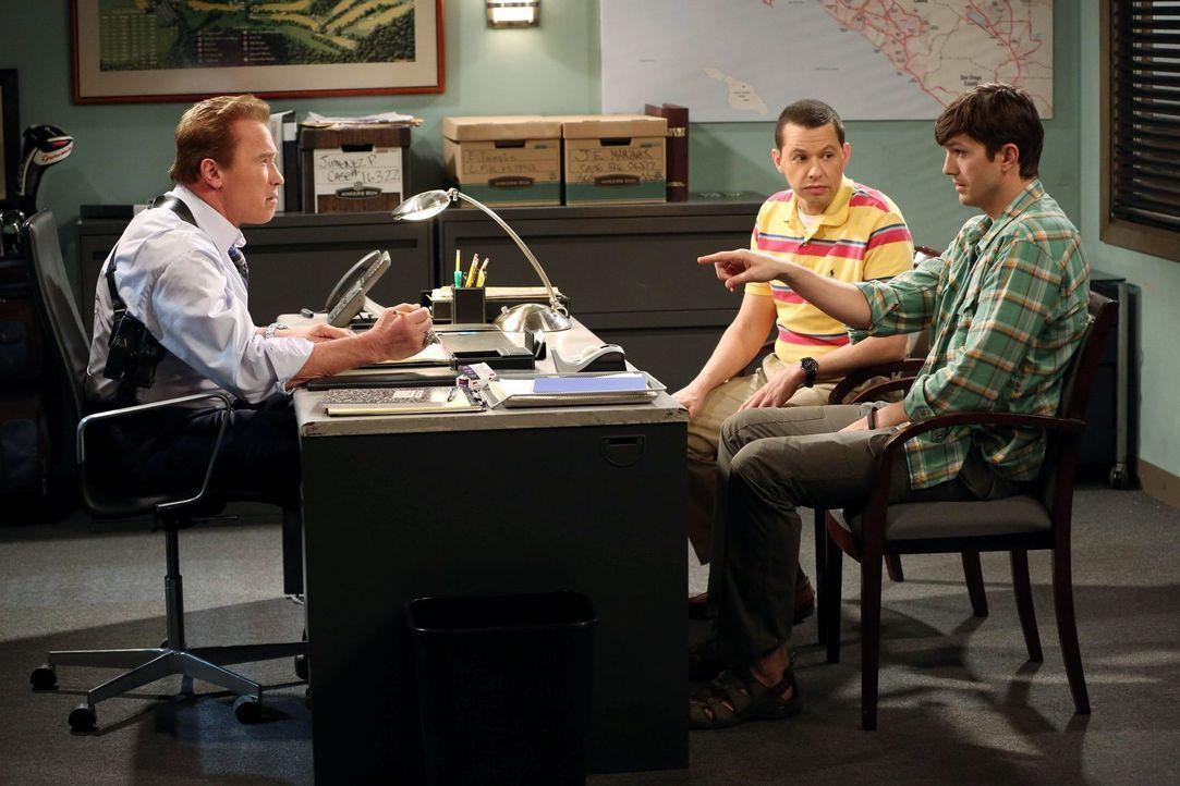 Alan (Jon Cryer, M.) und Walden (Ashton Kutcher, r.) suchen Lieutenant Wagner (Arnold Schwarzenegger, l.) auf, da sie mit der Rache von Charlie rech... - Bildquelle: Warner Brothers Entertainment Inc.