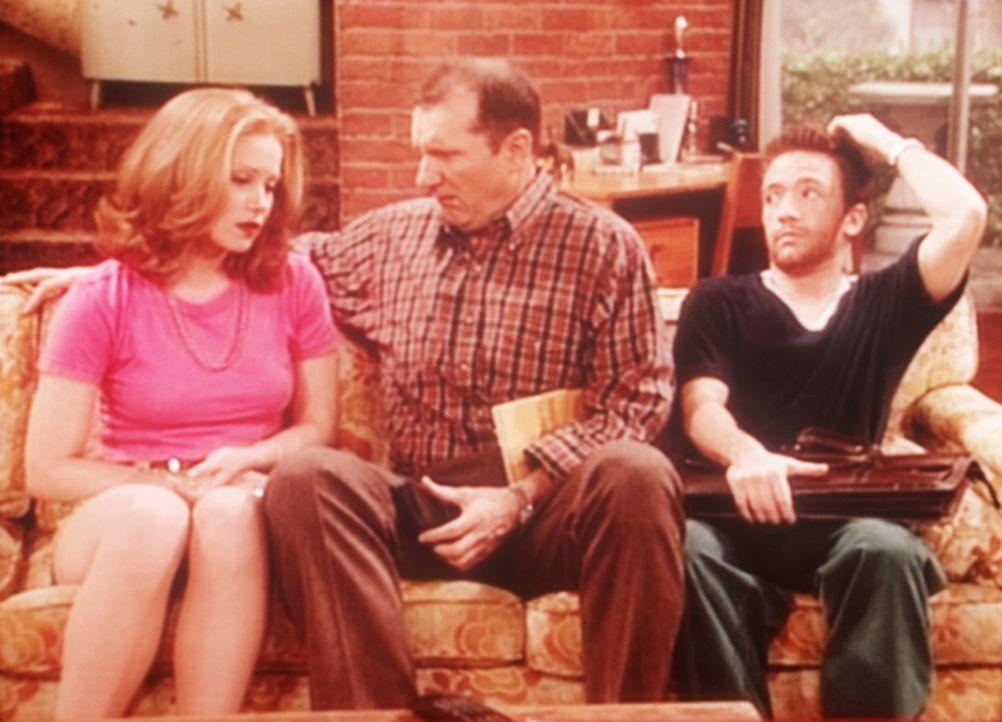 Al (Ed O'Neill, M.) will, dass Kelly (Christina Applegate, l.) unberührt bleibt. Bud (David Faustino, r.) unterdrückt sich das Lachen. - Bildquelle: Sony Pictures Television International. All Rights Reserved.