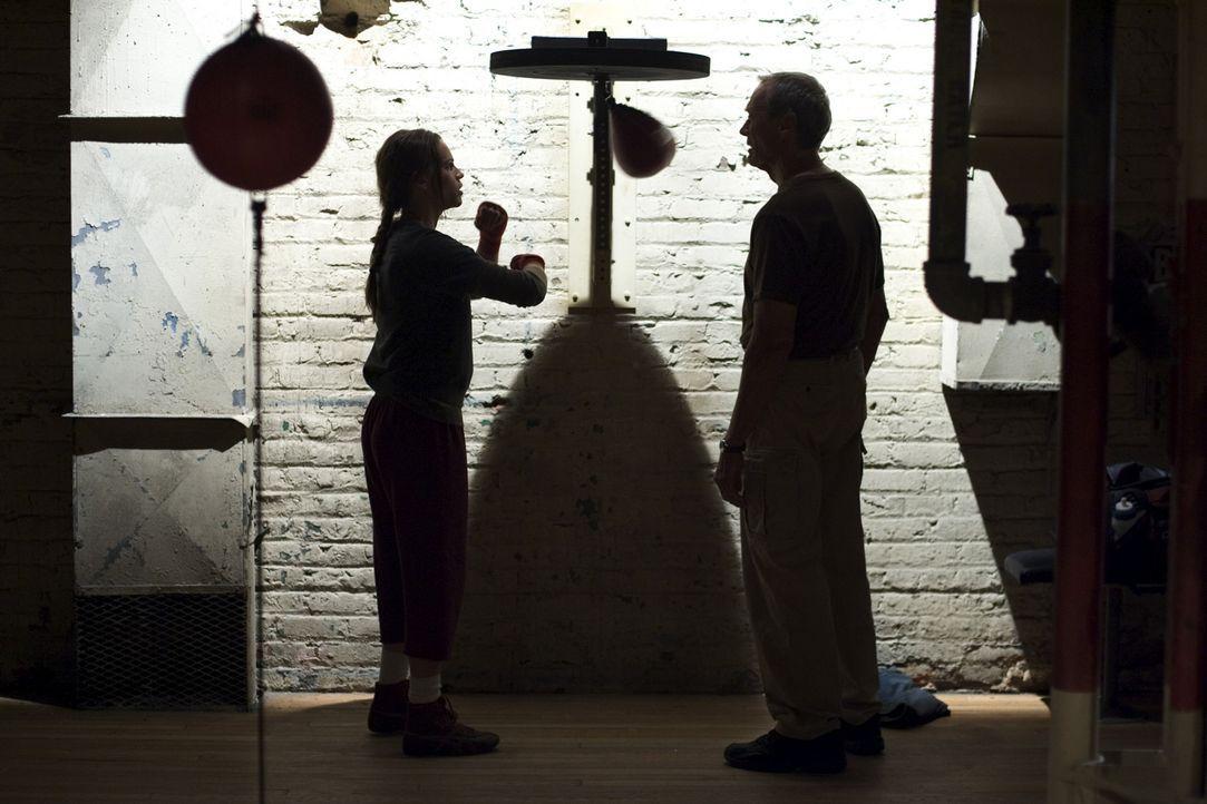 Nach und nach und mit Hilfe einer Boxbirne kommen sich Frank (Clint Eastwood, r.) und Sturkopf Maggie (Hilary Swank, l.) näher. An ihrem 32. Geburts... - Bildquelle: Epsilon Motion Pictures