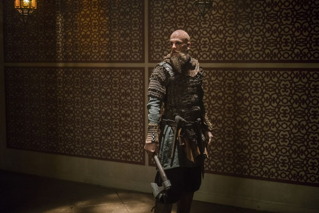 Als Floki (Gustaf Skarsgård) in Algeciras eine Moschee betritt, ist er fasziniert von den seltsamen Gebetsritualen der Menschen dort. Wird er sich a... - Bildquelle: 2016 TM PRODUCTIONS LIMITED / T5 VIKINGS III PRODUCTIONS INC. ALL RIGHTS RESERVED.