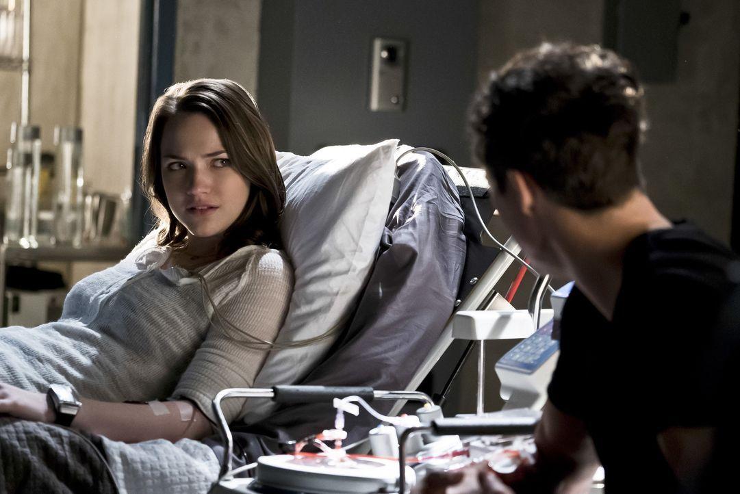 Jesse (Violett Beane, l.) stellt ihren Vater zur Rede, nachdem ihr bewusst wird, zu welchen grausamen Mitteln Dr. Wells (Tom Cavanagh, r.) greifen w... - Bildquelle: Warner Bros. Entertainment, Inc.