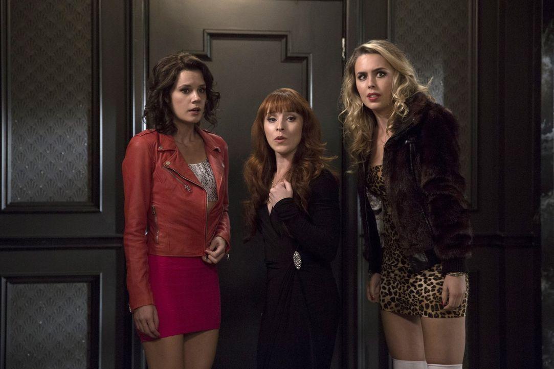Rowena (Ruth Connell, M.) sucht nach neuen Anhängern, die sie in dunkler Magie unterrichten kann. Können Sam und Dean sie stoppen, bevor sie die bei... - Bildquelle: 2016 Warner Brothers