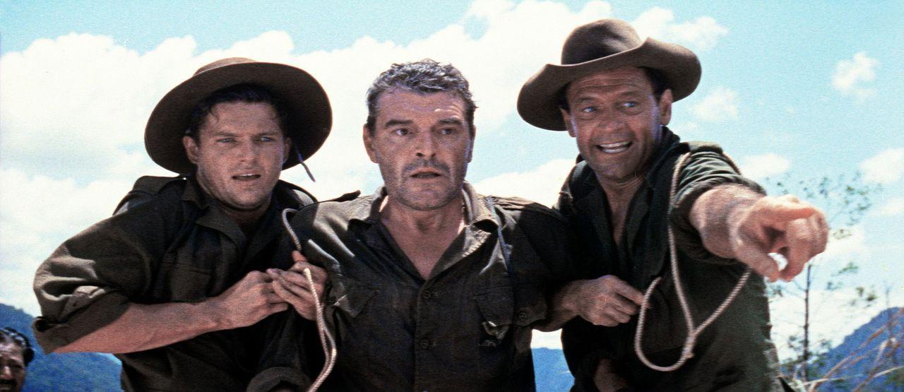 Leutnant Joyce (Geoffrey Horne, l.), Shears (William Holden, r.) und der angeschlagene Major Warden (Jack Hawkins, M.) halten die Zündschnur, mit d...
