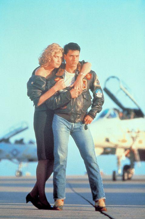 Maverick (Tom Cruise, r.) hat das harte Top Gun-Programm mit Bravour bestanden. Nun kann er sich endlich seiner großen Liebe Charlie (Kelly McGillis... - Bildquelle: PARAMOUNT PICTURES CORPORATION