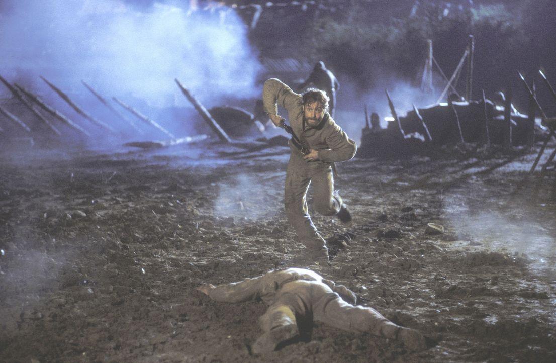 Während des blutigen Gemetzels des Krieges erkennt Inman (Jude Law), dass die Liebe das Einzige ist, wofür es sich zu leben und zu sterben lohnt ... - Bildquelle: Phil Bray MIRAMAX Films/Dimension Films. All Rights Reserved.