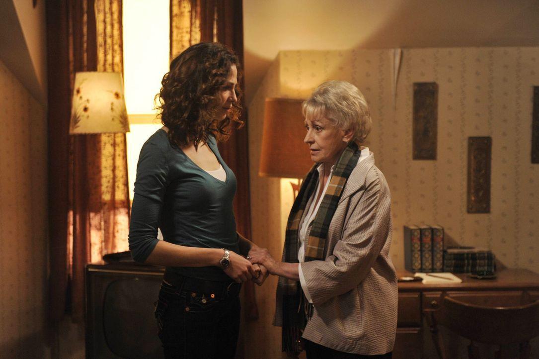 Pete und Myka (Joanne Kelly, l.) statten der ehemaligen Warehouse-Agentin Rebecca (Roberta Maxwell, r.) einen Besuch ab und hoffen, mehr herauszubek... - Bildquelle: Philippe Bosse SCI FI Channel