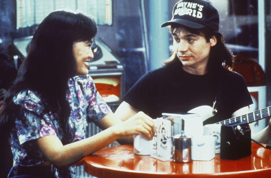 Ein ungleiches Paar: Die bildschöne Cassandra (Tia Carrere, l.) liebt ihren Wayne (Mike Myers, r.) ... - Bildquelle: Paramount Pictures