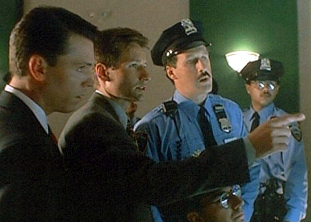 Mulder (David Duchovny, M.) und sein neuer Partner Krycek (Nicholas Lea, l.) versuchen, mit Hilfe der Polizei, die Spur eines Mannes zu finden, der... - Bildquelle: TM +   Twentieth Century Fox Film Corporation. All Rights Reserved.
