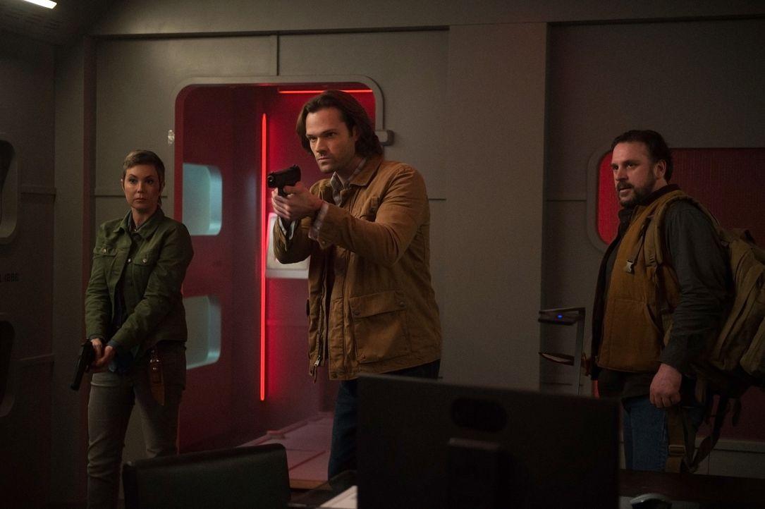 (v.l.n.r.) Sheriff Jody Mills (Kim Rhodes); Sam Winchester (Jared Padalecki); Walt (Nels Lennarson) - Bildquelle: Diyah Pera 2016 The CW Network, LLC. All Rights Reserved/Diyah Pera