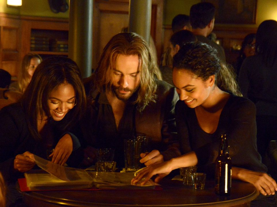 Wollen endlich mal einen Abend mit viel Spaß genießen: Abbie (Nicole Beharie, l.), Ichabod (Tom Mison, M.) und Jenny (Lyndie Greenwood, r.) ... - Bildquelle: 2014 Fox and its related entities. All rights reserved