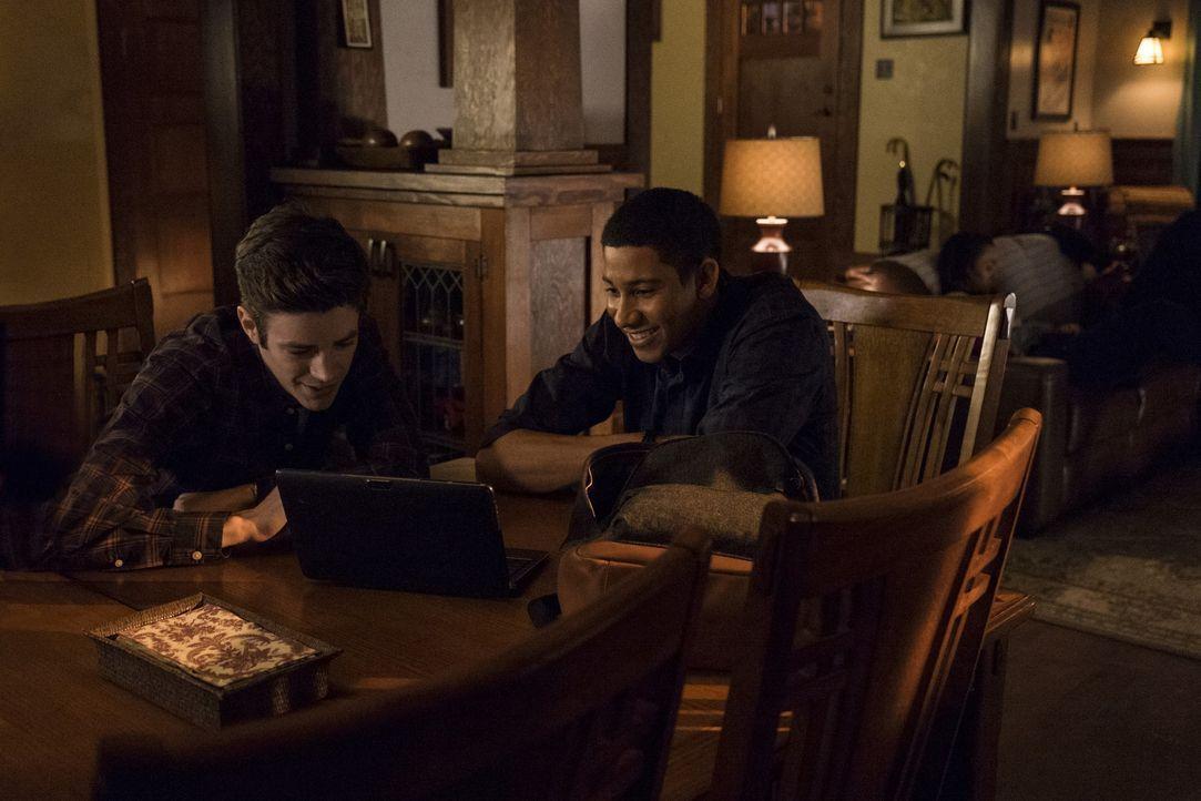Als Wally (Keiynan Lonsdale, r.) Barry (Grant Gustin, l.) bittet, ihm bei einem neuen Projekt zu helfen, stellt sich schnell heraus, dass ihr Verhäl... - Bildquelle: Warner Bros. Entertainment, Inc.