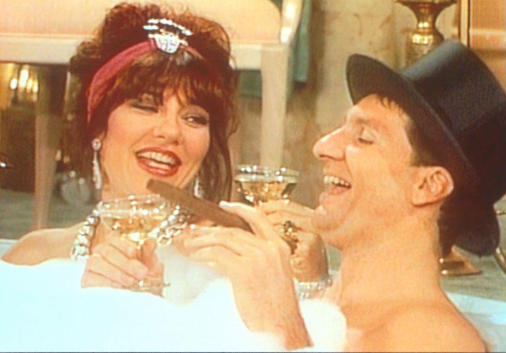 Al (Ed O'Neill, r.) und Peggy (Katey Sagal, l.) lassen es sich im Whirlpool gut gehen. - Bildquelle: Sony Pictures Television International. All Rights Reserved.