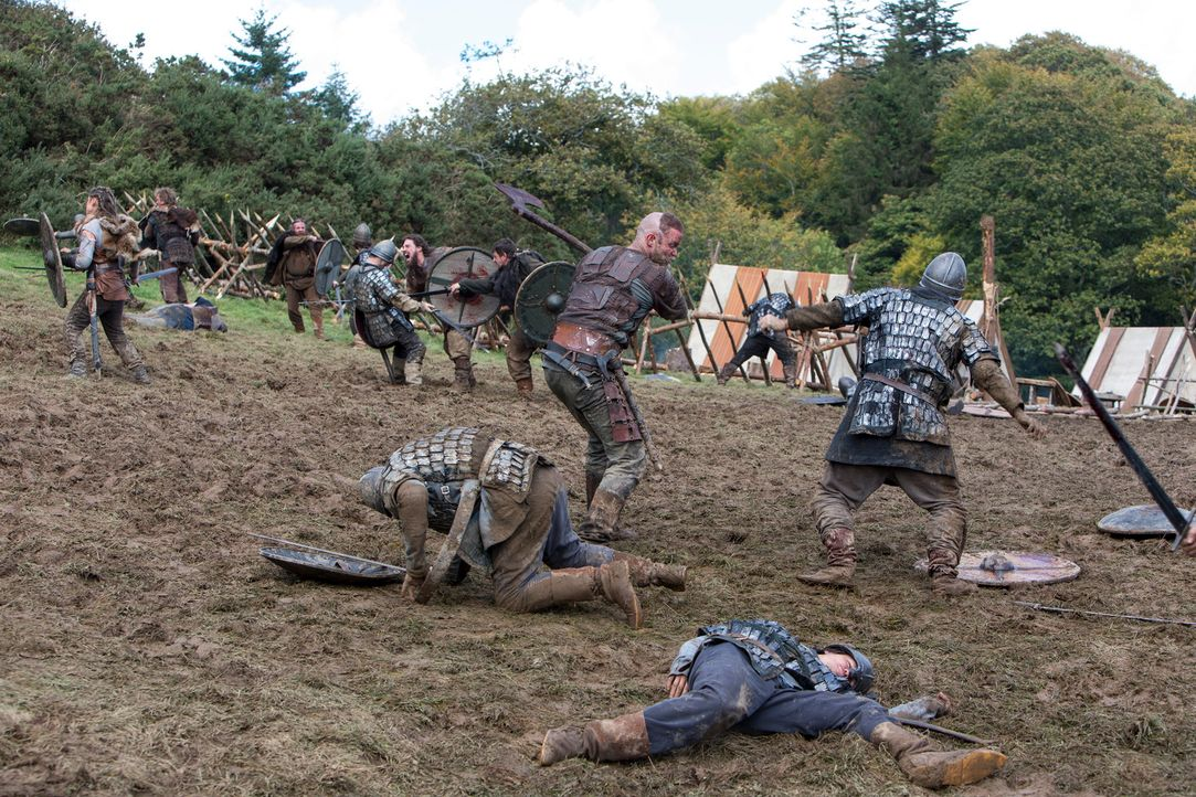 Weiß die Streitaxt sehr effektiv einzusetzen: Ragnar (Travis Fimmel, vorne M.) ... - Bildquelle: 2013 TM TELEVISION PRODUCTIONS LIMITED/T5 VIKINGS PRODUCTIONS INC. ALL RIGHTS RESERVED.