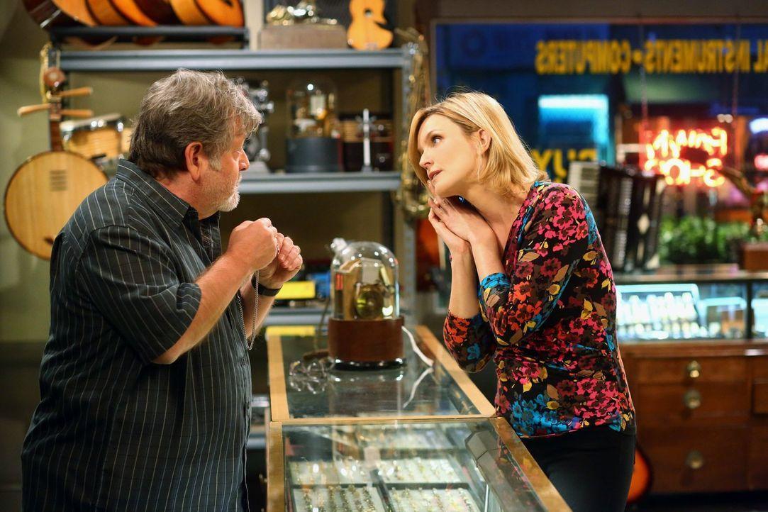 Walden und Alan sind in Todesangst, während Lyndsey (Courtney Thorne-Smith, r.) den Verlobungsring von Alan versetzt ... - Bildquelle: Warner Brothers Entertainment Inc.