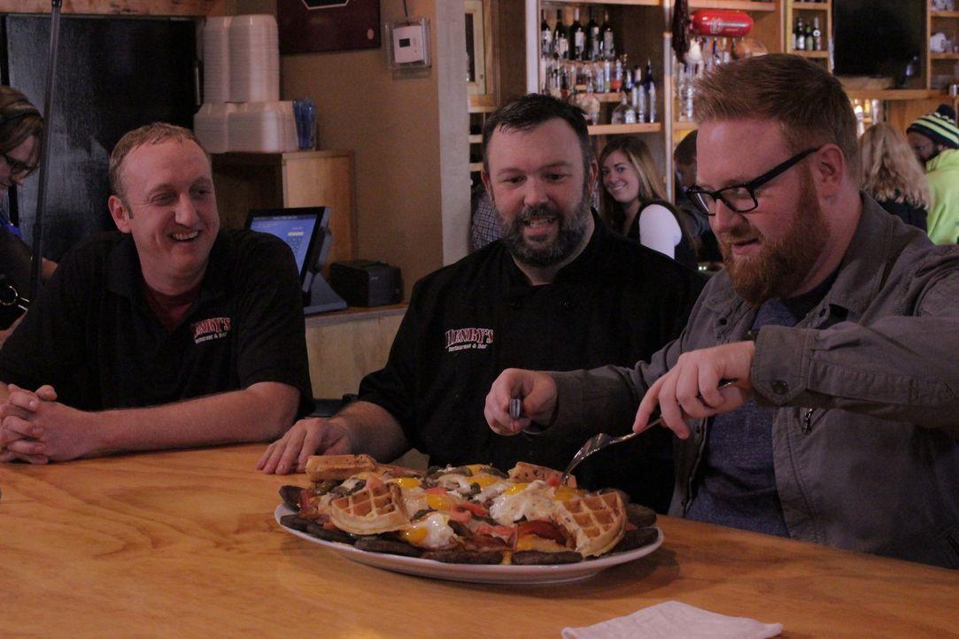 """Im """"Henry's Restaurant & Bar"""" probiert Josh (r.) den berühmten """"Hungrigsten Bennett"""". Küchenchef Bennett Brown (M.) ist gespannt auf sein Urteil ... - Bildquelle: 2017,Television Food Network, G.P. All Rights Reserved."""