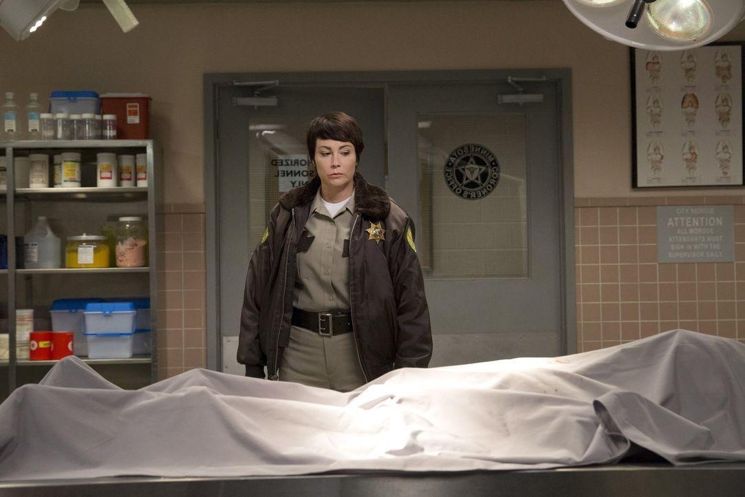 Als Jody (Kim Rhodes) und ihre Kollegen bei einem Pflichtausflug auf eine Leiche stoßen, glauben ihre Kollegen an einen Tierangriff. Doch Jody weiß... - Bildquelle: 2016 Warner Brothers