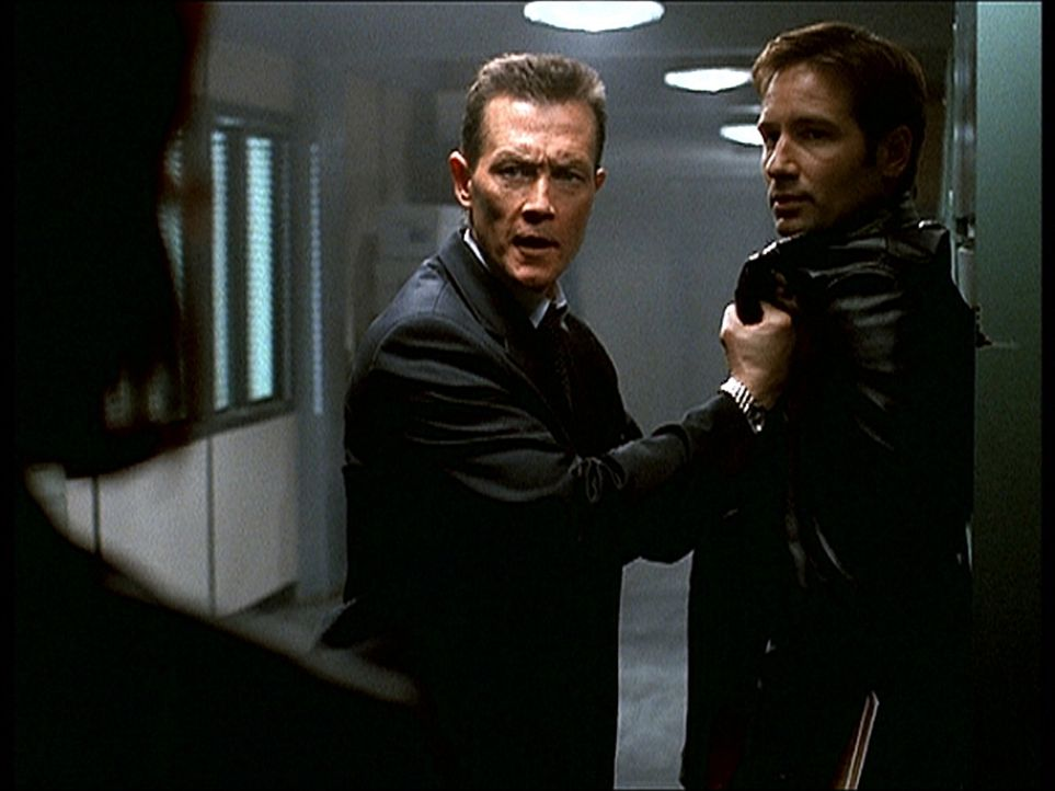 Doggett (Robert Patrick, M.) vertraut Mulder (David Duchovny, r.) nicht mehr und bedroht ihn mit einer Waffe. - Bildquelle: TM +   2000 Twentieth Century Fox Film Corporation. All Rights Reserved.