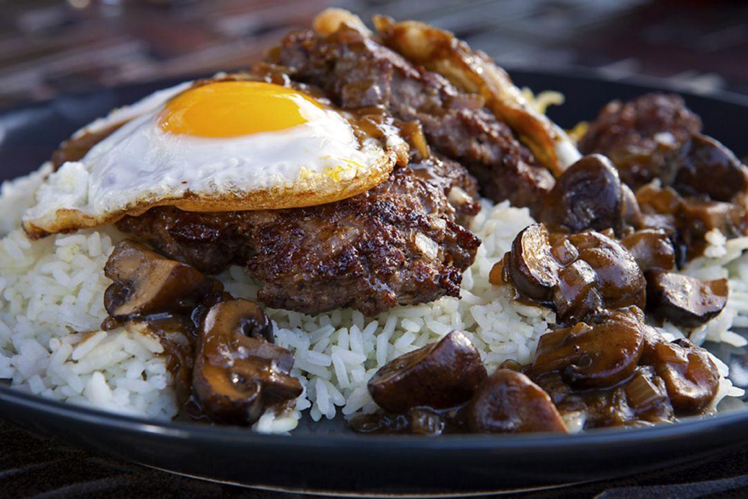 Das leckere Gericht Loco Moco besteht hauptsächlich aus Ei, Reis, Pilzen und einer Hamburgerfrikadelle. Eine außergewöhnliche Kombination, findet Gu... - Bildquelle: 2012, Television Food Network, G.P. All Rights Reserved.
