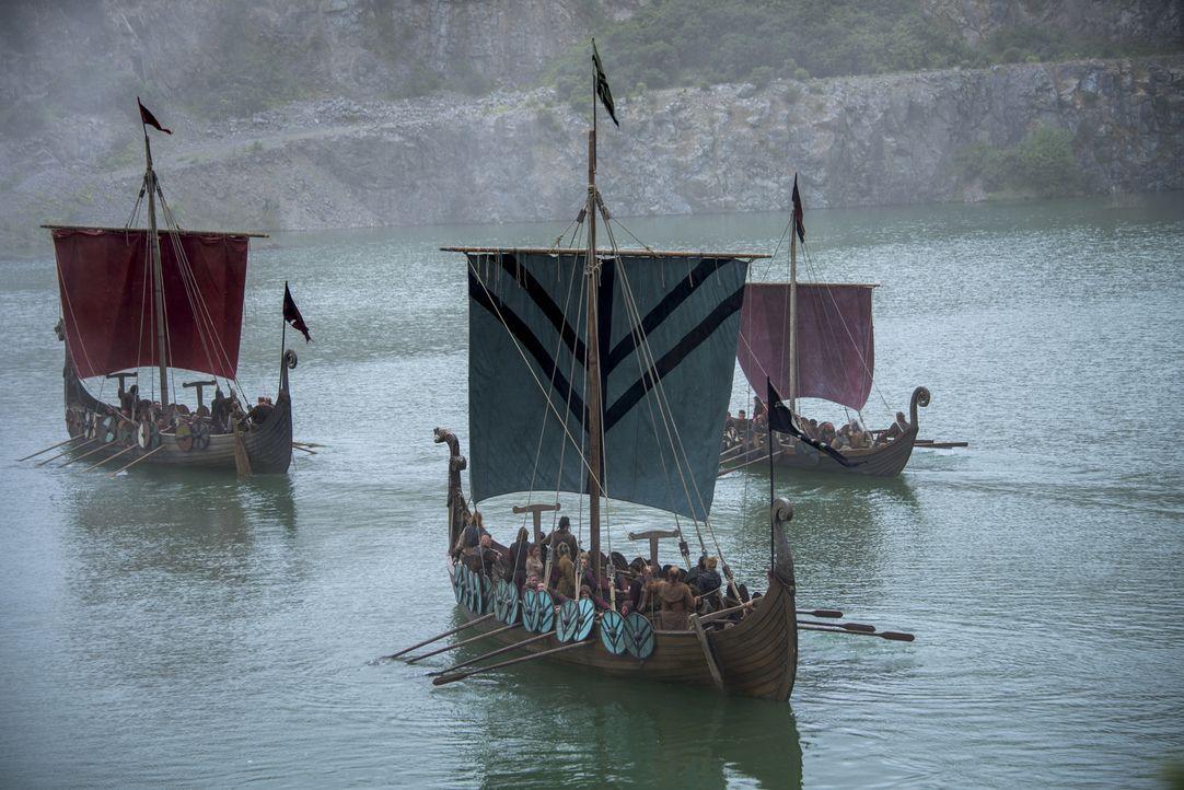 Nach der Niederlage gegen Rollo und die Franken bauen die Wikinger ihr Camp ab und ziehen sich weiter am Fluss zurück. Doch Ragnar hat bereits einen... - Bildquelle: 2016 TM PRODUCTIONS LIMITED / T5 VIKINGS III PRODUCTIONS INC. ALL RIGHTS RESERVED.
