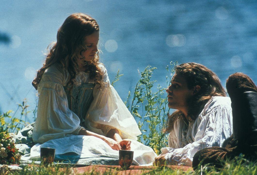 Liebe auf den ersten Blick: D'Artagnan (Justin Chambers, r.) und Francesca (Mean Suvari, l.) ... - Bildquelle: MDP Worldwide