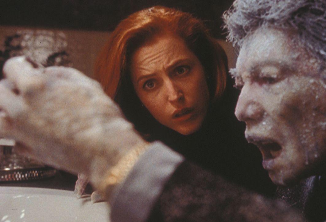 Fassungslos betrachtet Scully (Gillian Anderson, l.) die zu einem Eisblock erstarrte Leiche des Wissenschaftlers Dr. Yonechi (Hiro Kanagawa, r.) ... - Bildquelle: TM +   2000 Twentieth Century Fox Film Corporation. All Rights Reserved.