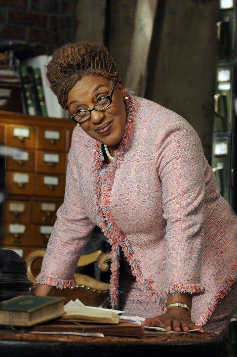 Mrs. Irene Frederic (CCH Pounder) - Bildquelle: Steve Wilkie 2012 Universal Network Television LLC. ALL RIGHTS RESERVED. / Steve Wilkie