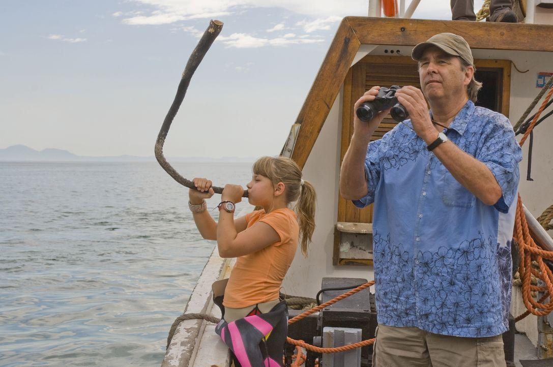 """Gemeinsam versuchen Kirra (Bindi Irwin, l.) und Gus (Beau Bridges, r.), """"Willy"""" seiner Familie zuzuführen. Doch das ist leichter gesagt als getan ... - Bildquelle: 2009 Warner Brothers"""