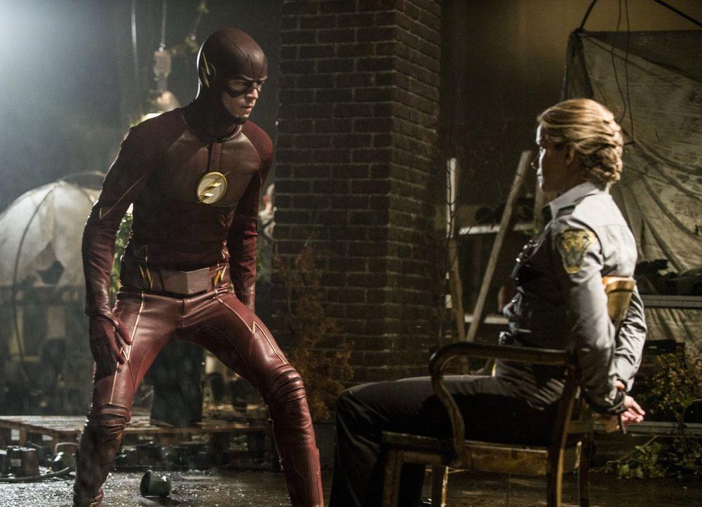 Gelingt es Barry alias The Flash (Grant Gustin, l.), Patty (Shantel VanSanten, r.) zu retten, ohne in die Falle von Eddie Slick alias Sand Demon zu... - Bildquelle: 2015 Warner Brothers.