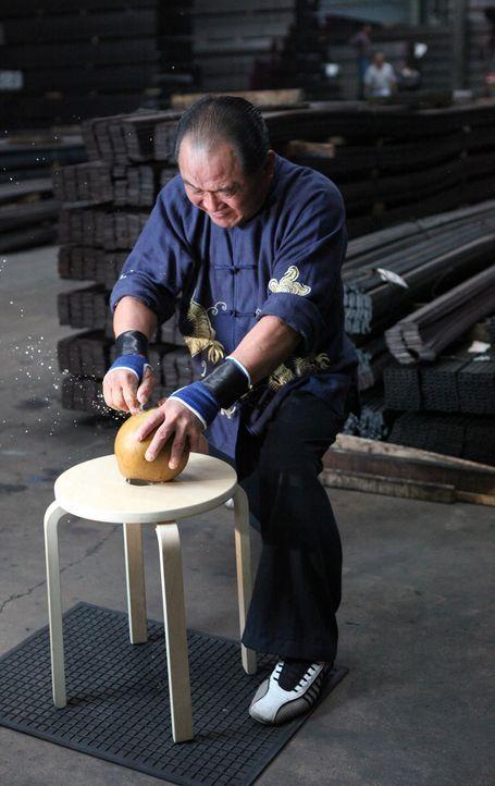 Ho kann die harte Schale einer Kokosnuss lediglich mithilfe seines Fingers z... - Bildquelle: 2011 A&E TELEVISION NETWORKS, LLC. ALL RIGHTS RESERVED.