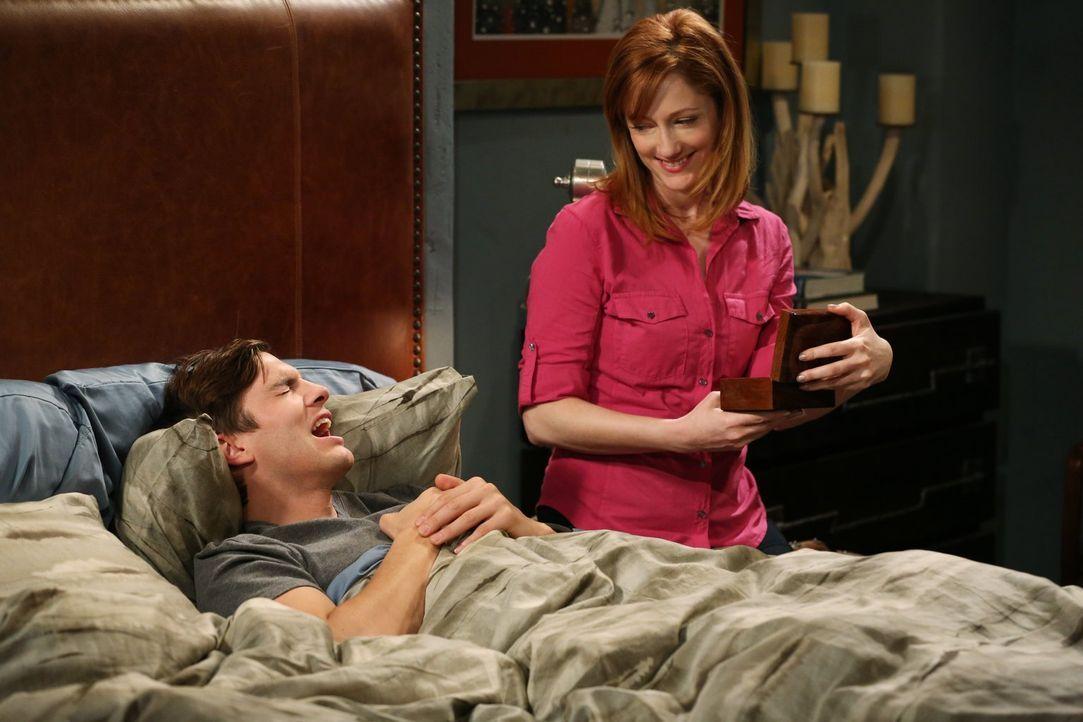Haben sie eine gemeinsame Zukunft vor sich? Walden (Ashton Kutcher, l.) und seine Ex-Frau Bridget (Judy Greer, r.) ... - Bildquelle: Warner Bros. Television