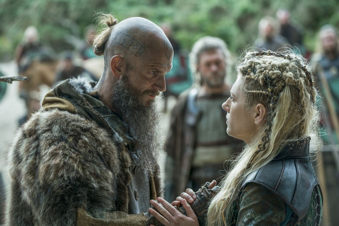 Floki (Gustaf Skarsgård, l.) macht sich mit seinen Siedlern auf ins neue Land, während Lagertha (Katheryn Winnick, r.) in ihrem Königreich gegen ein... - Bildquelle: 2017 TM PRODUCTIONS LIMITED / T5 VIKINGS III PRODUCTIONS INC. ALL RIGHTS RESERVED.