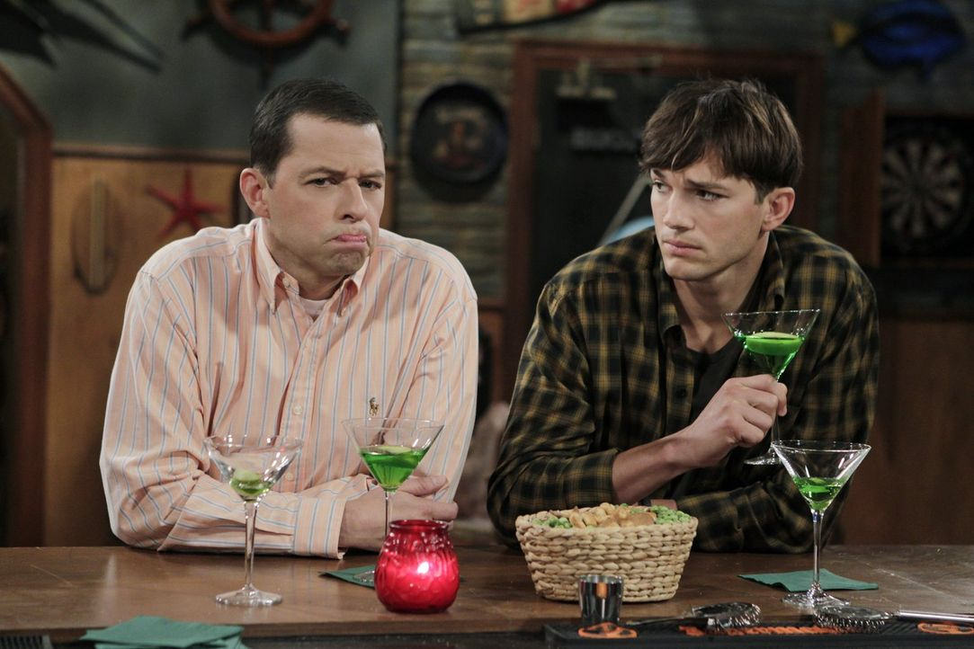 Während Alans (Jon Cryer, l.) Sohn Jake beim Militär in die Küche strafversetzt wurde, bereitet sich Walden (Ashton Kutcher, r.) darauf vor, seiner... - Bildquelle: Warner Bros. Television