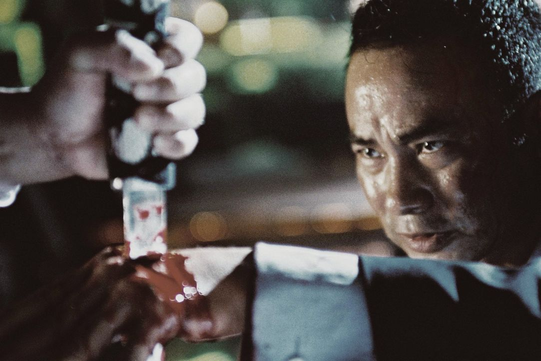 Der dem Tod geweihte Polizist Chan Kwok Chung (Simon Yam, r.) greift zu unlauteren Methoden, um einen gnadenlosen Triadenboss endlich ausschalten zu... - Bildquelle: Elite Entertainment Group