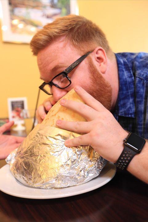 """Food-Fanatiker Josh Denny ist begeistert vom """"Punisher"""", einer Arepa, so groß wie eine Radkappe, gefüllt mit acht Kilo Rind, Hühnchen, Avocado, Koch... - Bildquelle: 2017,Television Food Network, G.P. All Rights Reserved."""