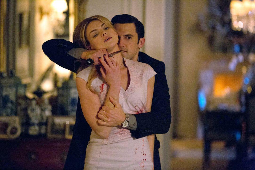 Während Edward Nygma sich mit seinen letzten Taten auseinander setzen muss, hat Ogre (Milo Ventimiglia, r.) Barbara (Erin Richards, l.) in seiner Ge... - Bildquelle: Warner Bros. Entertainment, Inc.