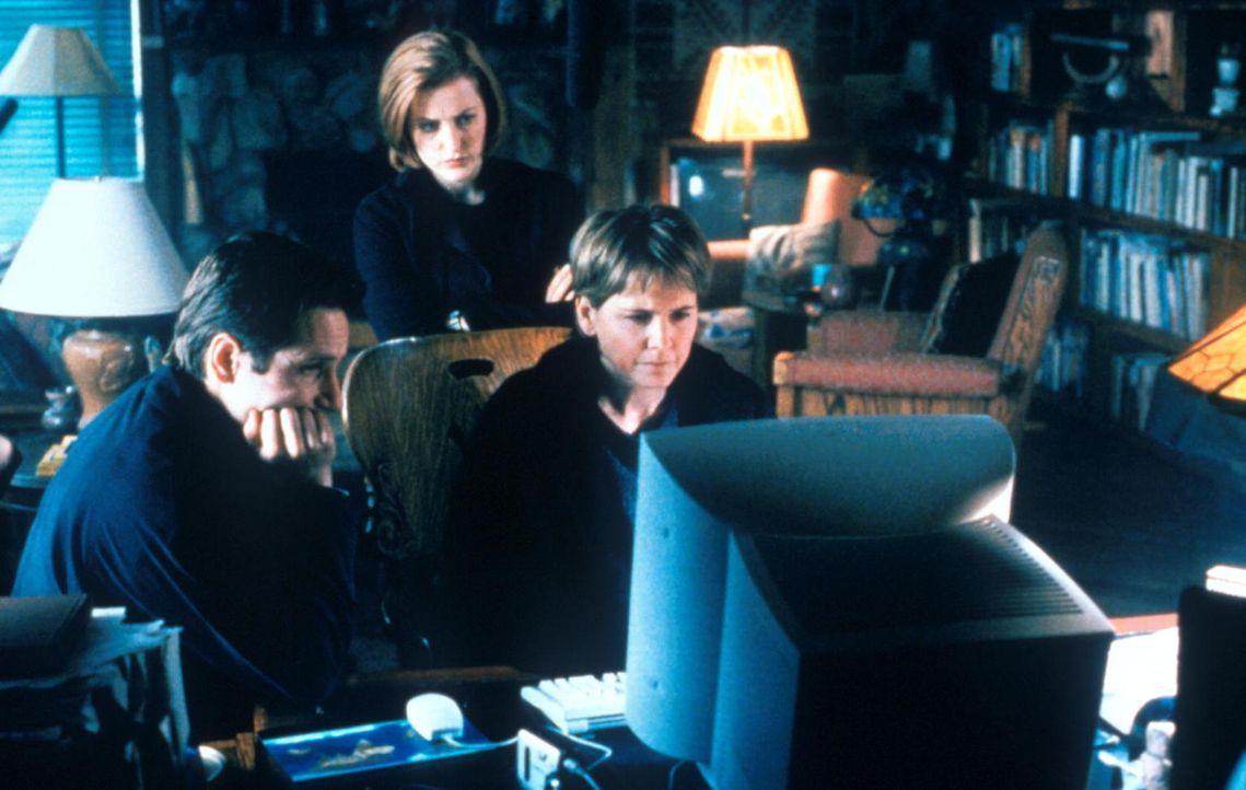 Mulder (David Duchovny, l.) und Scully (Gillian Anderson, M.) untersuchen eine Mordserie in Kalifornien. - Bildquelle: TM +   2000 Twentieth Century Fox Film Corporation. All Rights Reserved.