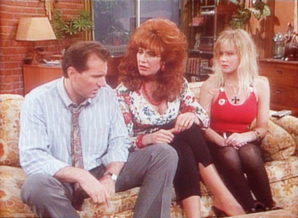 Peggy (Katey Sagal, M.) verlangt ein Machtwort von Al (Ed O'Neill, l.), denn Kelly (Christina Applegate, r.) droht schon wieder sitzenzubleiben. - Bildquelle: Sony Pictures Television International. All Rights Reserved.