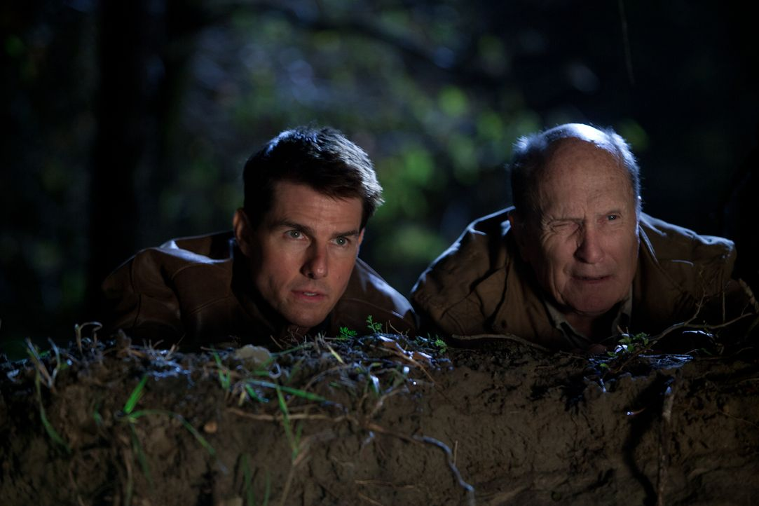 Gemeinsam mit dem Kriegsveteran Cash (Robert Duvall, r.) beginnt für Jack Reacher (Tom Cruise, l.) ein tödliches Katz- und Maus-Spiel ... - Bildquelle: Karen Ballard MMXII Paramount Pictures Corporation. All Rights Reserved.