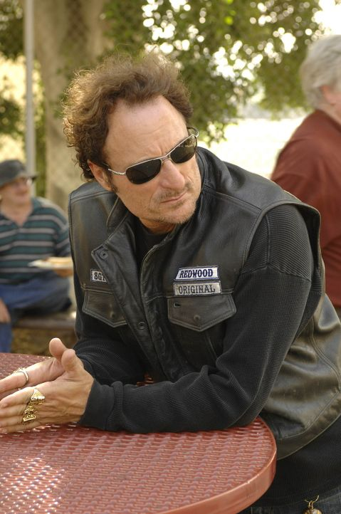 """Als Tig (Kim Coates) mitbekommt, dass Kyle, eine ehemaliges Mitglied der """"Sons of Anarchy"""", noch immer das Tattoo auf dem Rücken trägt, ist er all... - Bildquelle: 2008 FX Networks, LLC. All rights reserved."""