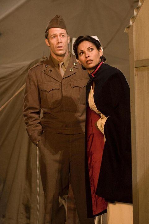Finden sich plötzlich im Jahre 1947 wieder: Jo (Erica Cerra, r.) und Jack (Colin Ferguson, l.) ... - Bildquelle: Universal Television