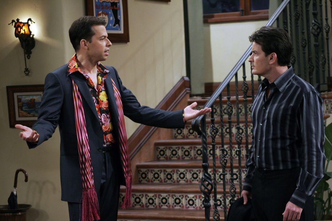 Alan (Jon Cryer, l.) erklärt sich bereit, als Charlies (Charlie Sheen, r.) Partner, mit auf eine Schwulenparty zu gehen. - Bildquelle: Warner Bros. Television