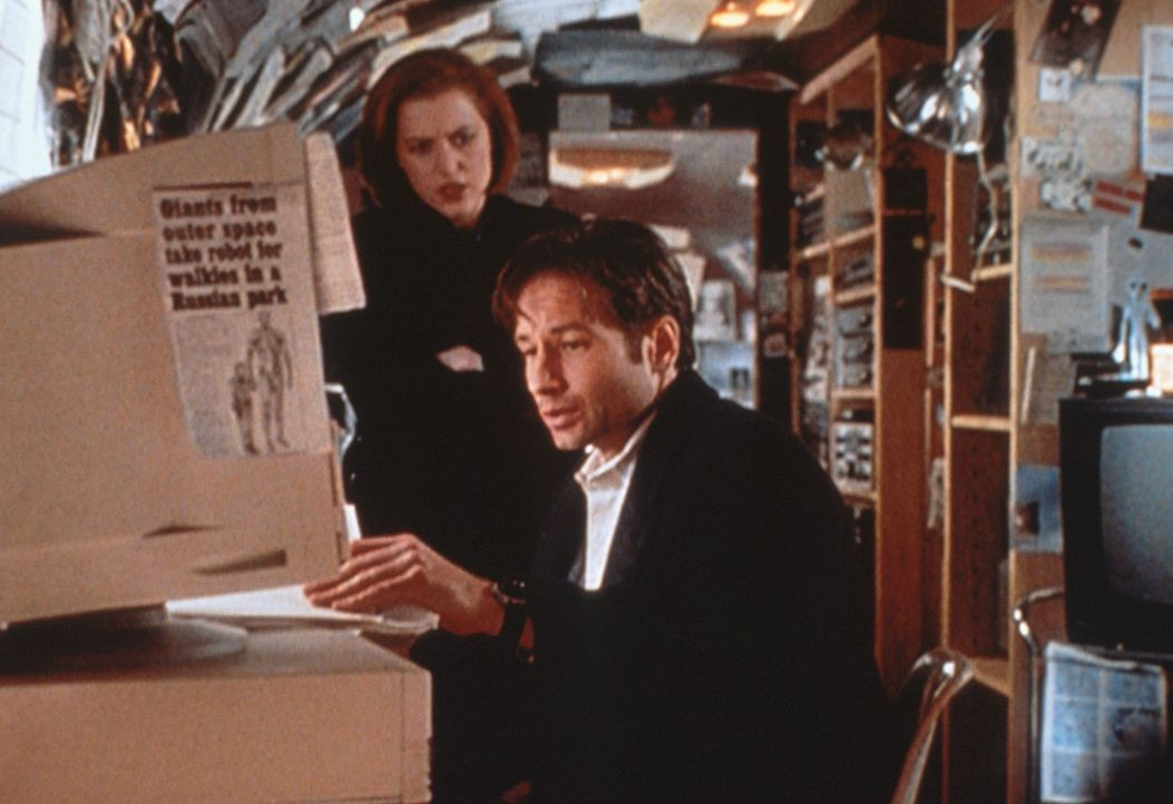 Scully (Gillian Anderson, l.) und Mulder (David Duchovny, r.) sichten ein  Videoband, das bedeutend mehr Licht in die Angelegenheit bringt, die sie... - Bildquelle: TM +   2000 Twentieth Century Fox Film Corporation. All Rights Reserved.