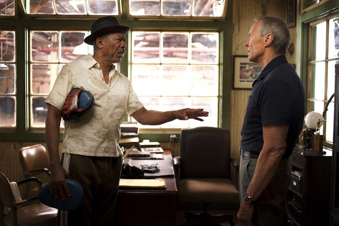 Tag und Nacht trainiert Maggie mit eisernem Willen an den Sandsäcken. Das ist Trainer Frank Dunn (Clint Eastwood, r.) jedoch ein Dorn im Auge, denn... - Bildquelle: Epsilon Motion Pictures