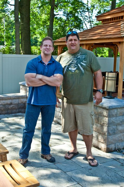 Wenn Männer auf der Suche nach einem Eigenheim sind oder ihren eigenen Rückzugsort im Haus benötigen, sind sie zur Stelle: Jason Cameron (l.) und To... - Bildquelle: 2012,DIY Network/Scripps Networks, LLC. All Rights Reserved./Kenneth Gabrielsen / Getty Images