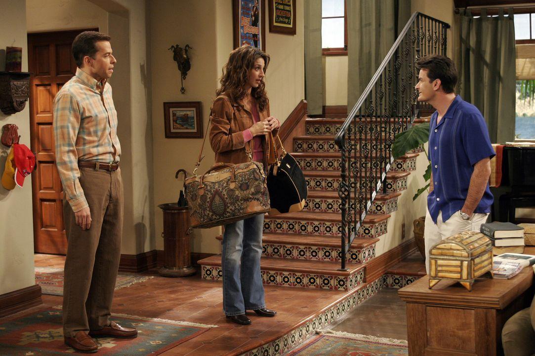 Charlie (Charlie Sheen, r.) traut seinen Augen nicht, als er Judith (Marin Hinkle, M.) mit gepackten Koffer bei sich im Haus sieht. Alan (Jon Cryer,... - Bildquelle: Warner Brothers Entertainment Inc.