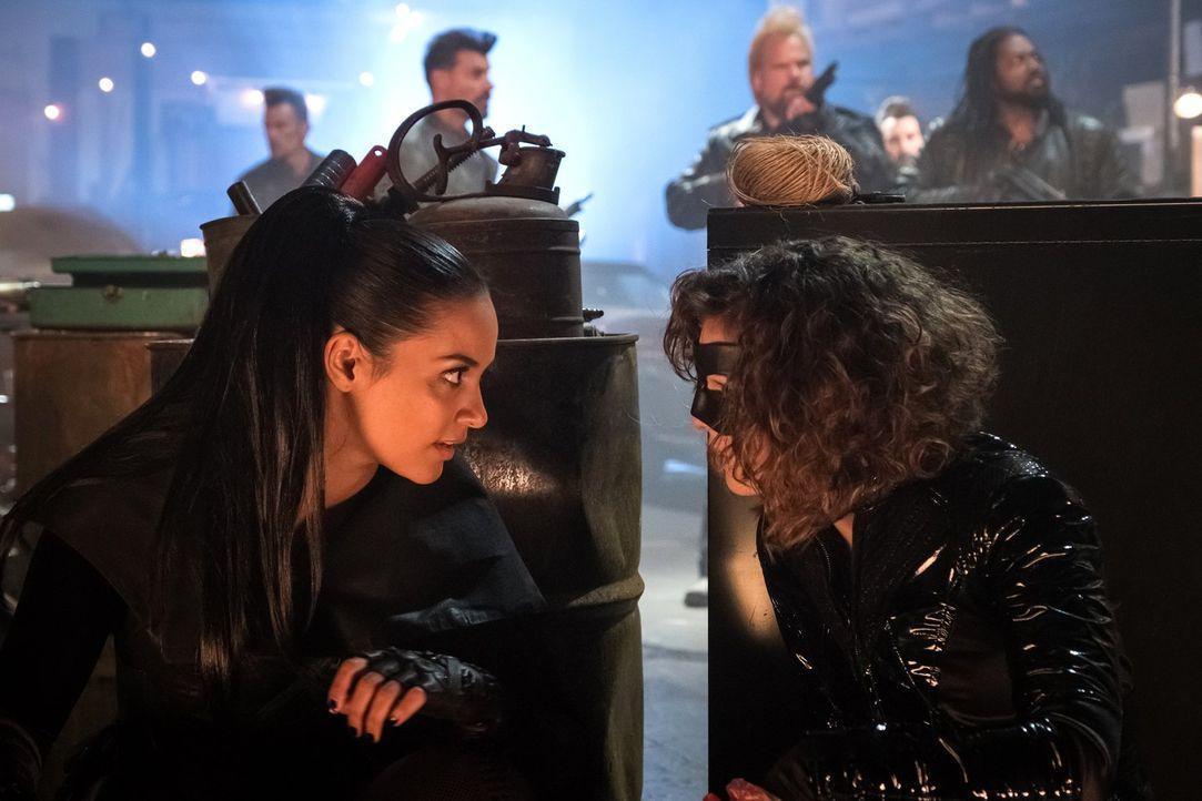 Während Tabitha (Jessica Lucas, l.) und Selina (Camren Bicandova, r.) einer Motorradgang eins auswischen wollen, hat Bruce mit seinem Mord an Ra's a... - Bildquelle: 2017 Warner Bros.