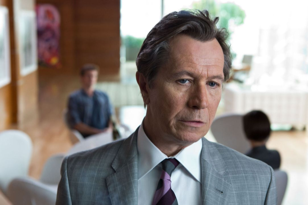 Nicholas Wyatt (Gary Oldman), der Chef des großen Hightech-Unternehmens Wyatt Telecom, ist ein skrupelloser Geschäftsmann. - Bildquelle: 2012 Paranoia Acquisitions LLC. All rights reserved.